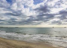 Zonsondergang zandig strand op de Atlantische kust op zonnen Royalty-vrije Stock Foto
