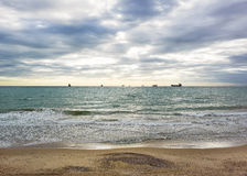 Zonsondergang zandig strand op de Atlantische kust op zonnen Royalty-vrije Stock Fotografie