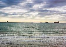 Zonsondergang zandig strand op de Atlantische kust op zonnen Royalty-vrije Stock Afbeelding