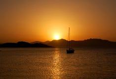 Zonsondergang - zeilboot stock foto's