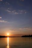 Zonsondergang in Zimbabwe over Zambezi rivier royalty-vrije stock afbeelding