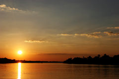 Zonsondergang in Zimbabwe over Zambezi rivier Royalty-vrije Stock Fotografie