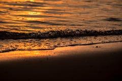 Zonsondergang zonnige strand en golf Royalty-vrije Stock Foto's