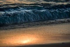 Zonsondergang zonnige strand en golf Stock Afbeeldingen