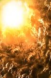 Zonsondergang/zonsopgang met wolken, lichte stralen en ander atmosferisch e Stock Afbeeldingen