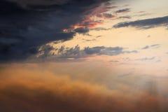 Zonsondergang of zonsopgang met wolken, lichte stralen en ander atmosferisch effect Royalty-vrije Stock Afbeelding