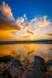 Zonsondergang/zonsopgang over rivier royalty-vrije stock afbeeldingen