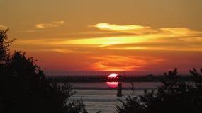 Zonsondergangaandrijving over brug Stock Afbeeldingen