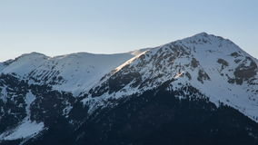 Zonsondergangavond over Sneeuwbergpieken in de Tijdtijdspanne van de Winteralpen stock videobeelden