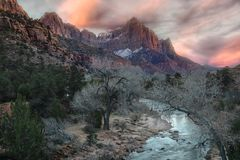 Zonsondergangbergen en stroom in Zion National Park stock afbeelding