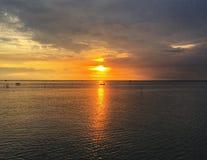 Zonsondergangbezinning over boot en overzees Zachte nadrukachtergrond stock foto's