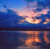 Zonsondergangbezinningen door Onderstel Fuji stock foto