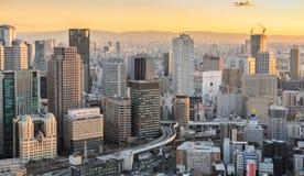 Zonsondergangcityscape bedrijfs luchtmening van de binnenstad in Osaka, Japan Royalty-vrije Stock Afbeeldingen