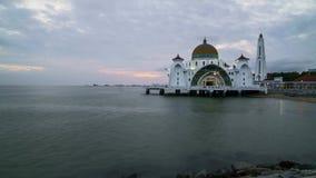 Zonsondergangdag aan nacht bij de Drijvende Moskee van Detroit van Malacca stock video