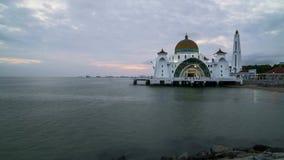 Zonsondergangdag aan nacht bij de Drijvende Moskee van Detroit van Malacca stock videobeelden