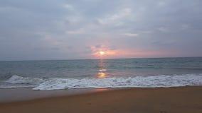Zonsonderganggolven Sri Lanka stock foto's