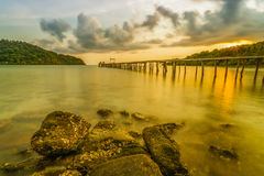 Zonsonderganghemel bij strand in Thailand Stock Afbeelding