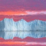 Zonsonderganghemel boven de gletsjer. Stock Afbeelding