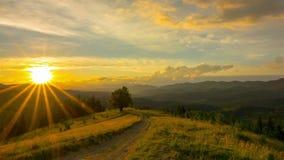 Zonsonderganghemel in de bergen stock video