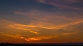 Zonsonderganghemel die met Kleurrijke Wolken wordt behandeld royalty-vrije stock afbeeldingen