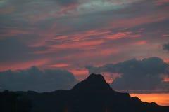 Zonsonderganghemel en berg dichtbij het Nationale het Parkwesten van Saguaro, Tucson, Arizona stock foto