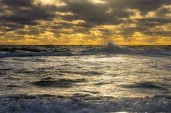 Zonsonderganghemel en het overzees na een onweer Stock Afbeeldingen