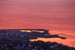 Zonsonderganghemel en verre stad Ranheim in Noorwegen Verre overzeese mening royalty-vrije stock foto's