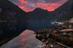 Zonsonderganghemel in Geiranger-fjord royalty-vrije stock foto