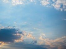 Zonsonderganghemel met donkere en witte wolken die zon op stralen wijzen Royalty-vrije Stock Foto's