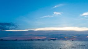 Zonsonderganghemel met overzeese achtergrond stock video