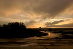 Zonsonderganghemel met stralen van de zon royalty-vrije stock afbeeldingen