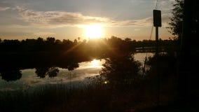 Zonsonderganghemel op de rivier stock afbeeldingen