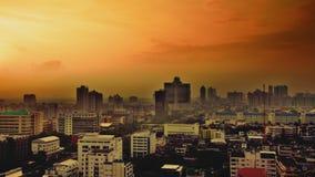 Zonsonderganghemel over de stad Royalty-vrije Stock Afbeeldingen