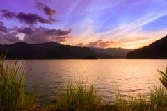 Zonsonderganghemel over reservoir in Phatthalung, Thailand Royalty-vrije Stock Foto
