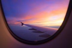 Zonsonderganghemel van het vliegtuigvenster Royalty-vrije Stock Fotografie