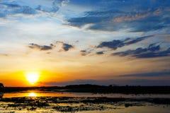 Zonsonderganglandschap met blauwe hemel Royalty-vrije Stock Afbeeldingen