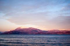 Zonsonderganglandschap van een meer met violet natuurlijk zonlicht Stock Foto's