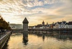 Zonsonderganglandschap van Kapelbrug in Luzern stock foto