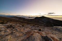 Zonsonderganglicht op het Eiland van de Zon, Titicaca-Meer, onder de meest toneelreisbestemming in Bolivië Expansief panorama met royalty-vrije stock afbeelding