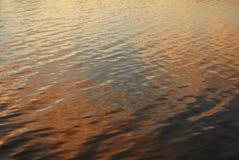 Zonsonderganglicht op Meerrimpelingen Royalty-vrije Stock Afbeeldingen