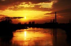 Zonsonderganglicht over Mures-rivier Stock Afbeelding
