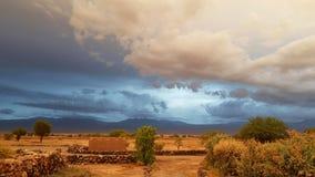 Zonsonderganglichten in het dorre en troosteloze landschap van de Atacama-Woestijn royalty-vrije stock afbeelding