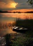 Zonsondergangmeer met het roeien van boot Royalty-vrije Stock Fotografie