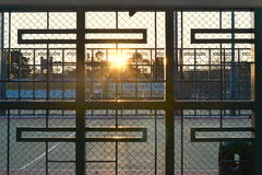 Zonsondergangmening in basketbalhof Royalty-vrije Stock Fotografie
