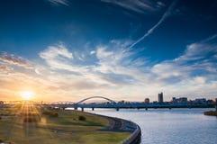 Zonsondergangmening bij Yodogawa-rivierbank stock foto's