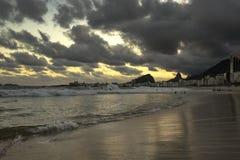 Zonsondergangmening in Copacabana-Strand met Bergen in Horizon en de Lange Hotelbouw, Rio de Janeiro, Brazilië royalty-vrije stock foto
