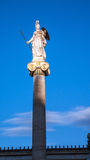 Zonsondergangmening van Athena-standbeeld voor Academie van Athene, Attica stock afbeeldingen