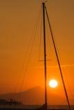 Zonsondergangmening van binnenuit de mast van een varende boot wordt ontworpen die Royalty-vrije Stock Afbeelding