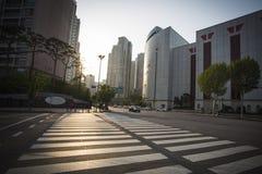 Zonsondergangmening van brede straten en lange gebouwen in Seoel stock afbeelding