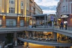 Zonsondergangmening van centrale voetstraat dichtbij Dzhumaya-Moskee en Roman Stadium in stad van Plovd royalty-vrije stock foto